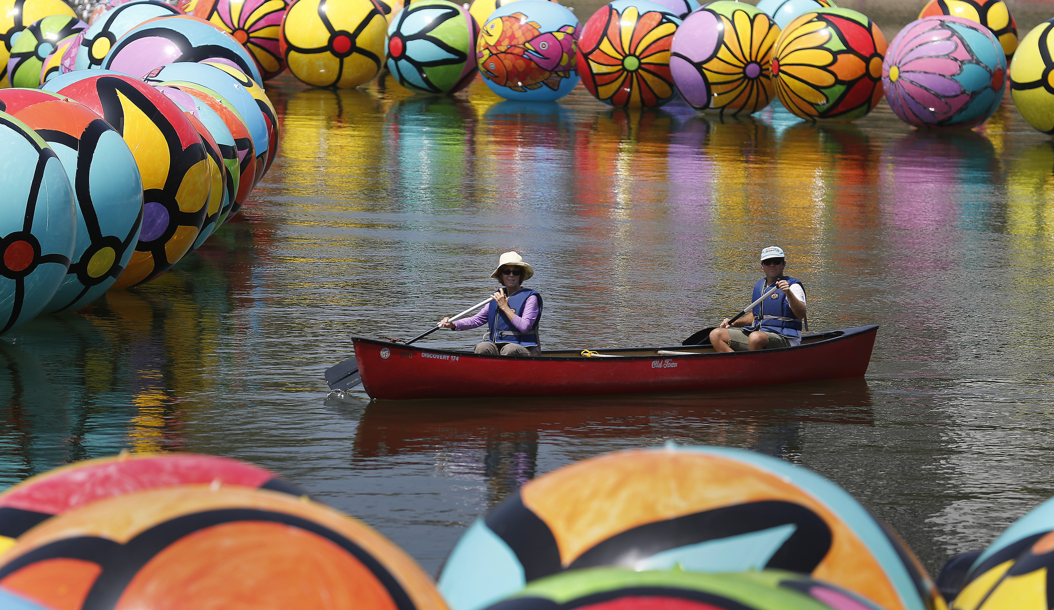 la-et-cam-charitable-art-project-filling-macarthur-park-lake-with-thousands-of-colorful-spheres-20150822
